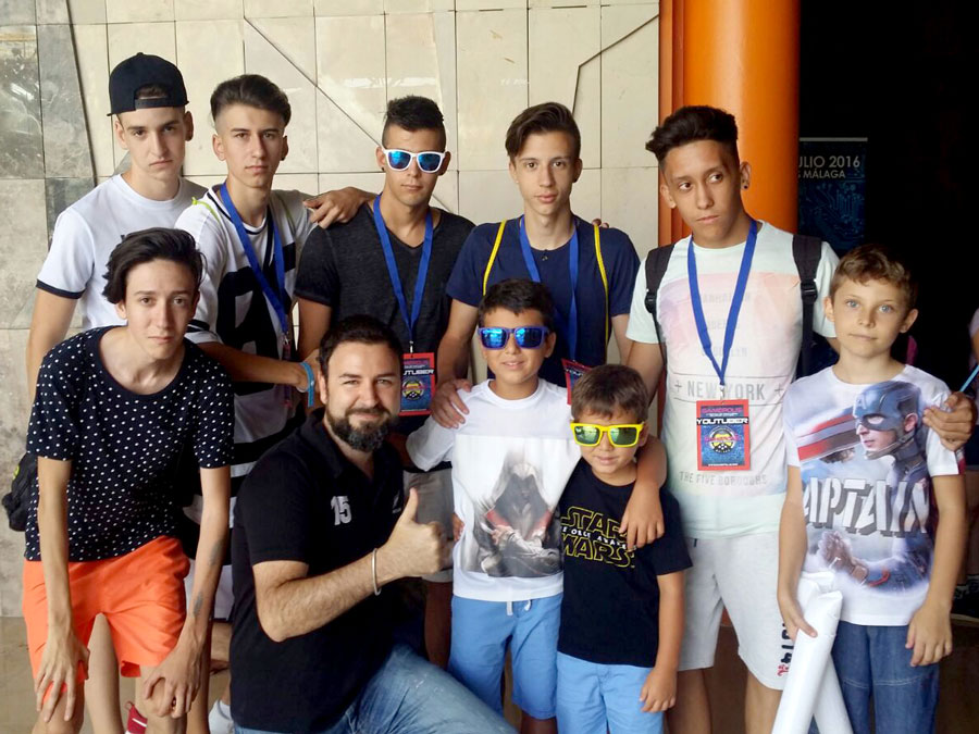 Our CEO Carlos Bolívar with some of the youtubers invited to the Festival.